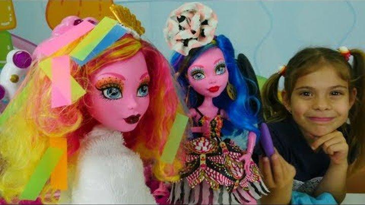 Девочки Монстр Хай в салоне красоты Элис: Галиопа красит волосы – Monster high куклы