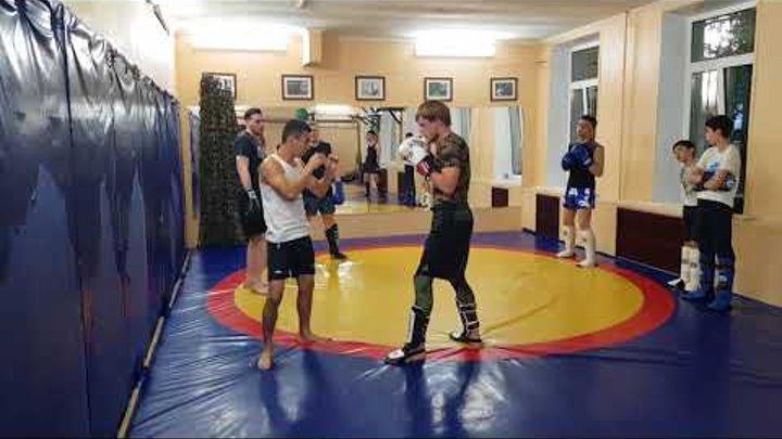 Отработка мидл кик под руку Урок тайского бокса