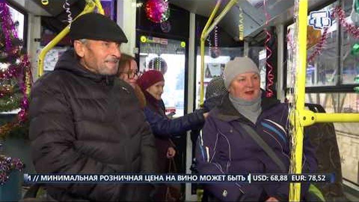 По Симферополю начал курсировать украшенный новогодний троллейбус
