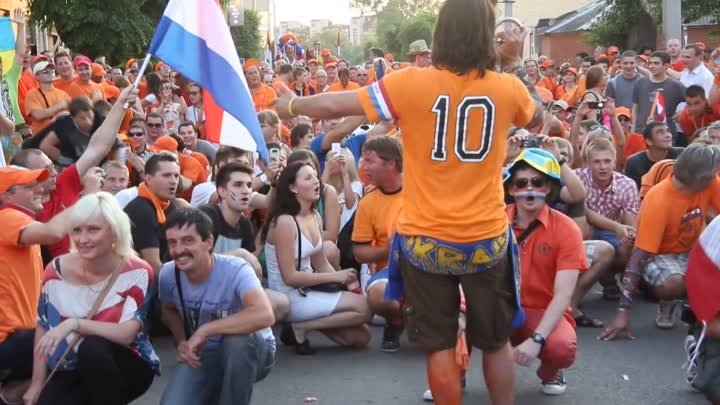 The Dutch sing the national anthem of Ukraine in the center of Kharkov. HD