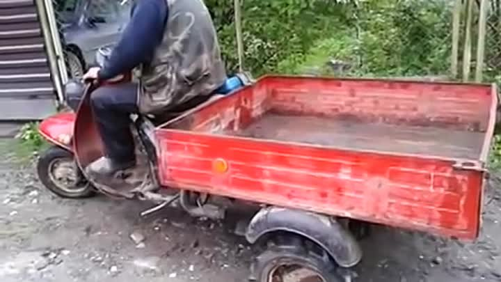 Неудачная парковка - упал в яму с мотороллера / A man fell into a pit from scooter during parking