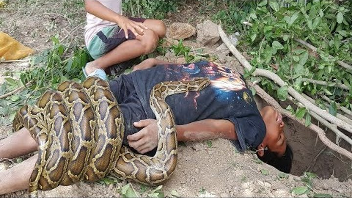 Terrifying!! Brave Sister And Brother Catch Big Snakes Using Deep Hole Trap Using Mouse as Bait