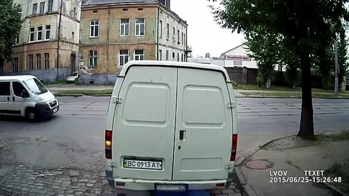 Телефоны - зло! - Car slapped the man (EpicFail)
