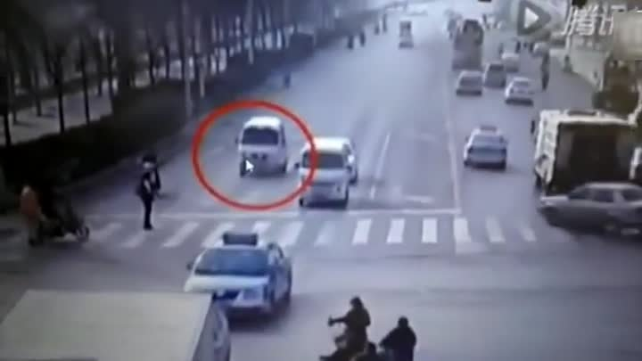 RAW׃ Bizarre accident, Vans and Car Levitate, Fly through air in a busy intersection in China