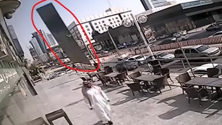Horror !!! A huge glass nearly killed a resident of Saudi Arabia, only knocking his head arafatki