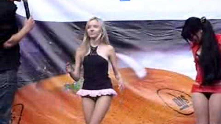девушка танцует в мини юбке конце концов