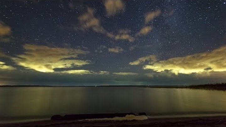 Glowing clouds in the night sky Timelapse with stars Таймлапс звездного неба