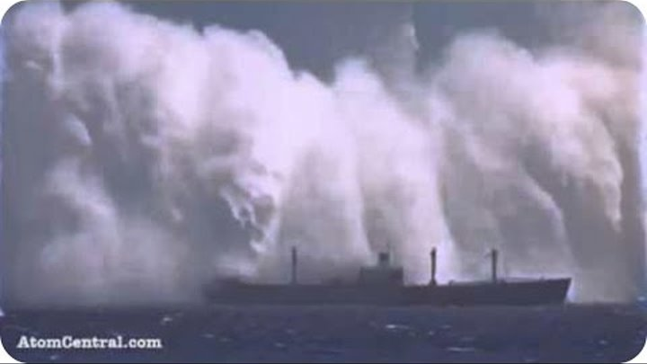 Ships in Storm - Monster Waves of the Sea - The Most Viral Videos 2016