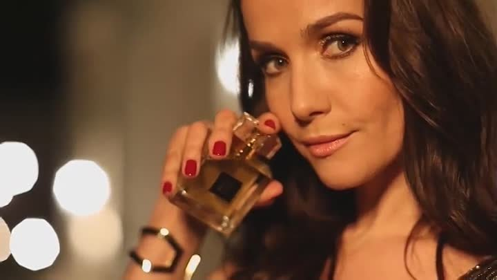NATALIA OREIRO,AVON / Little Gold Dress