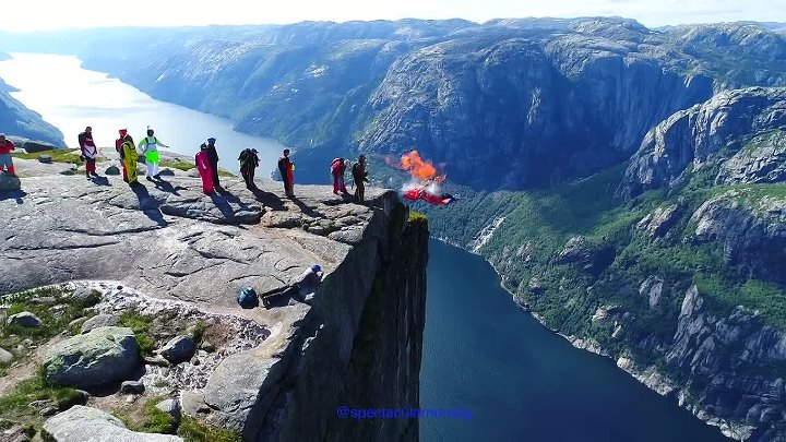 Amazing basejumpers at Kjerag