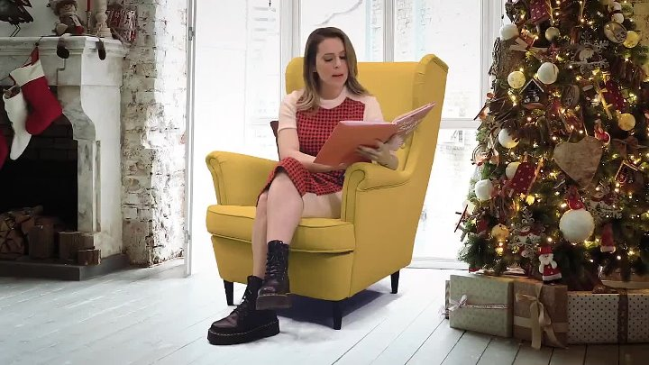 Alyssa Milano Reading A 'Holiday Story' About Betsy DeVos Being The Grinch