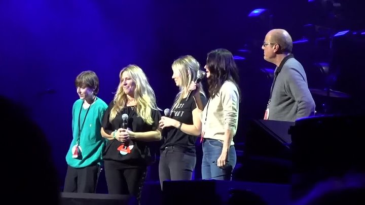 Chris Cornell Tribute Concert Kaley Cuoco and Courteney Cox Pay Tribute to Chris and his Causes