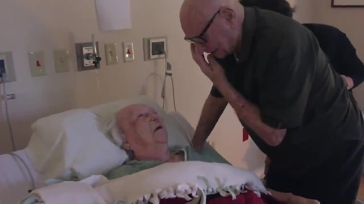 92 year old man sings to his dying wife May be the sweetest thing ever