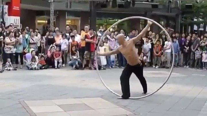 Как он это делает? Невероятно красивое зрелище!!!