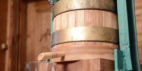 Масло кедра отжимается на деревянном прессе